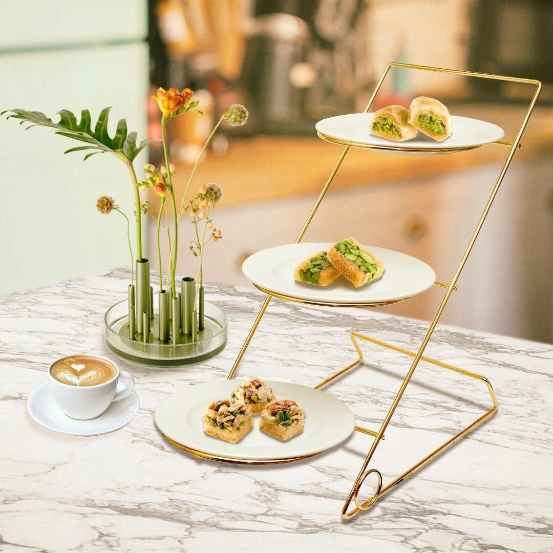 عکس محصول شیرینی خوری سه طبقه همراه با بشقاب سرامیکی